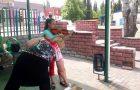 Игрой на скрипке девочка зарабатывает себе на струны